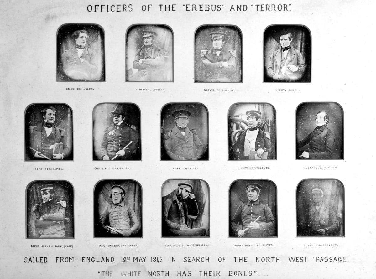 14 mustavalkoista kuvaa miehistä, joista osa on upseerin asssa, osa pukeutunut 1800-luvun puolivälin herrasmiesten asuun.