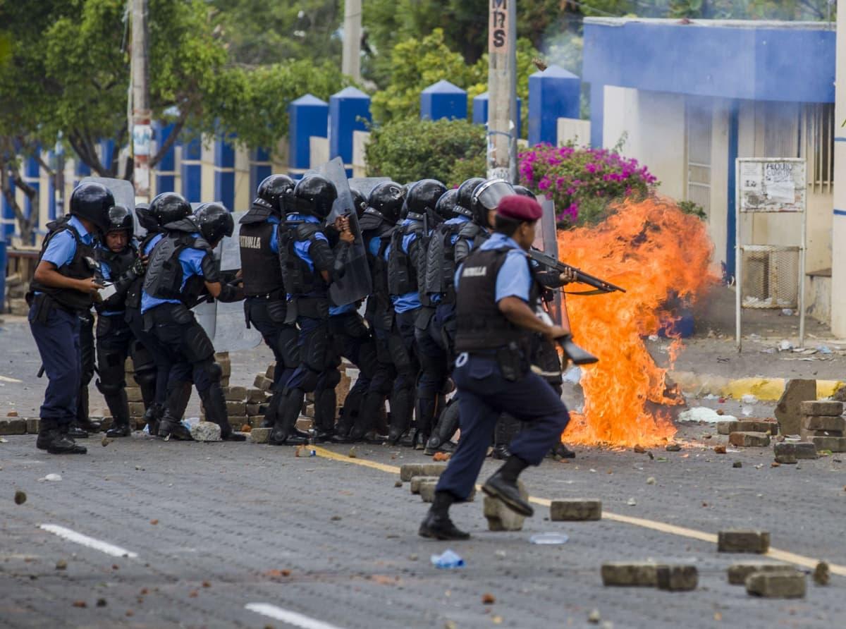 Mellakkapoliisi otti yhteen mielenosoittajien kanssa Nicaraguan pääkaupungissa Managuassa perjantaina.