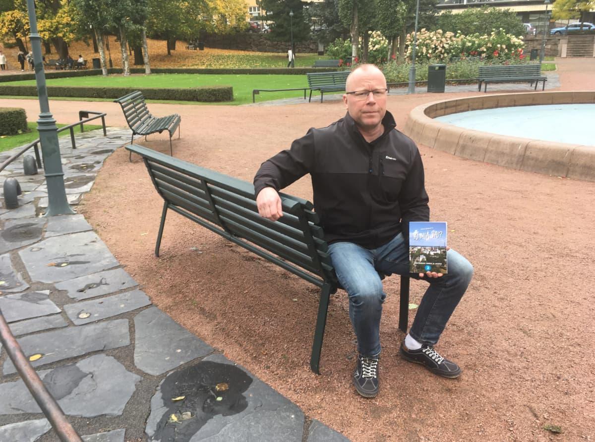 Mikko Mannonen kirjansa kanssa