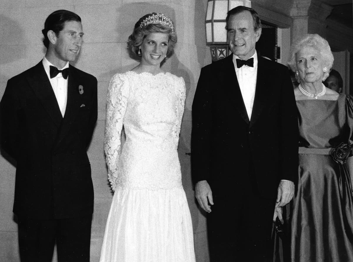 George H.W. Bush vaimoineen kuvattuna prinsessa Dianan ja prinssi Charlesin kanssa Ison-Britannian Washingtonin edustustossa 10. marraskuuta 1985.