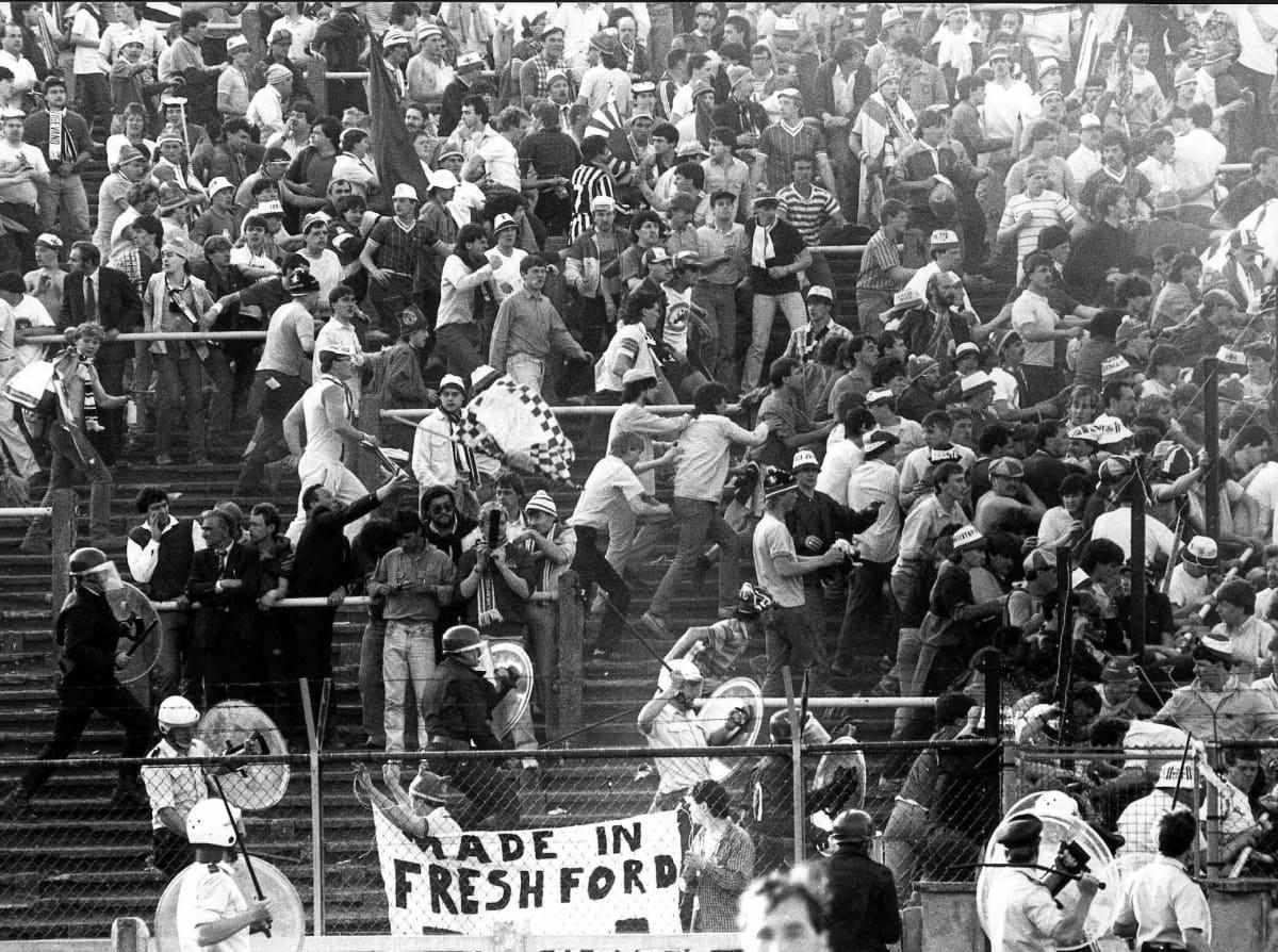 Brittifanit mellakoivat Heyselin stadionilla.