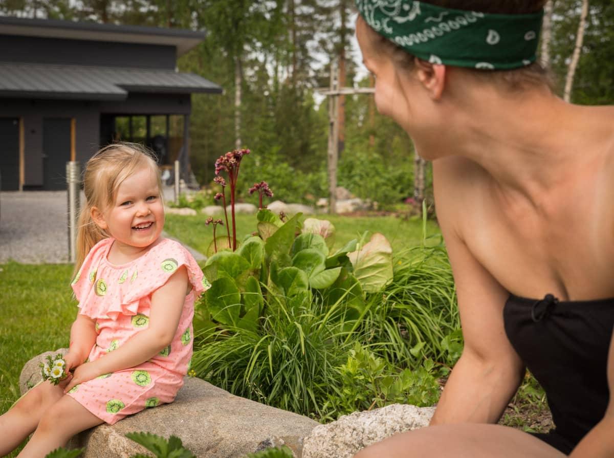 Turkulainen Miia Raikko yhdessä lapsensa Ruun kanssa