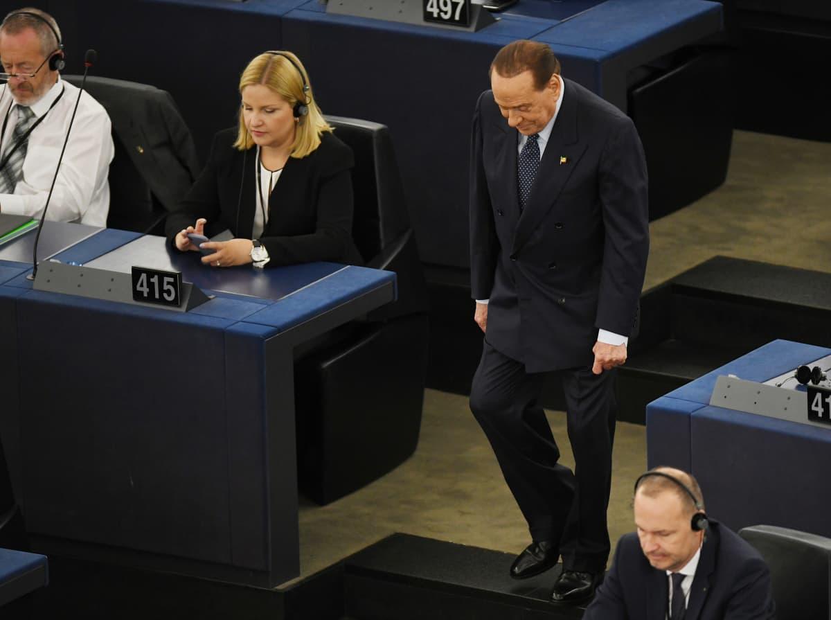 Silvio Berlusconi asteli meppipaikalleen Euroopan parlamentissa 2. heinäkuuta.