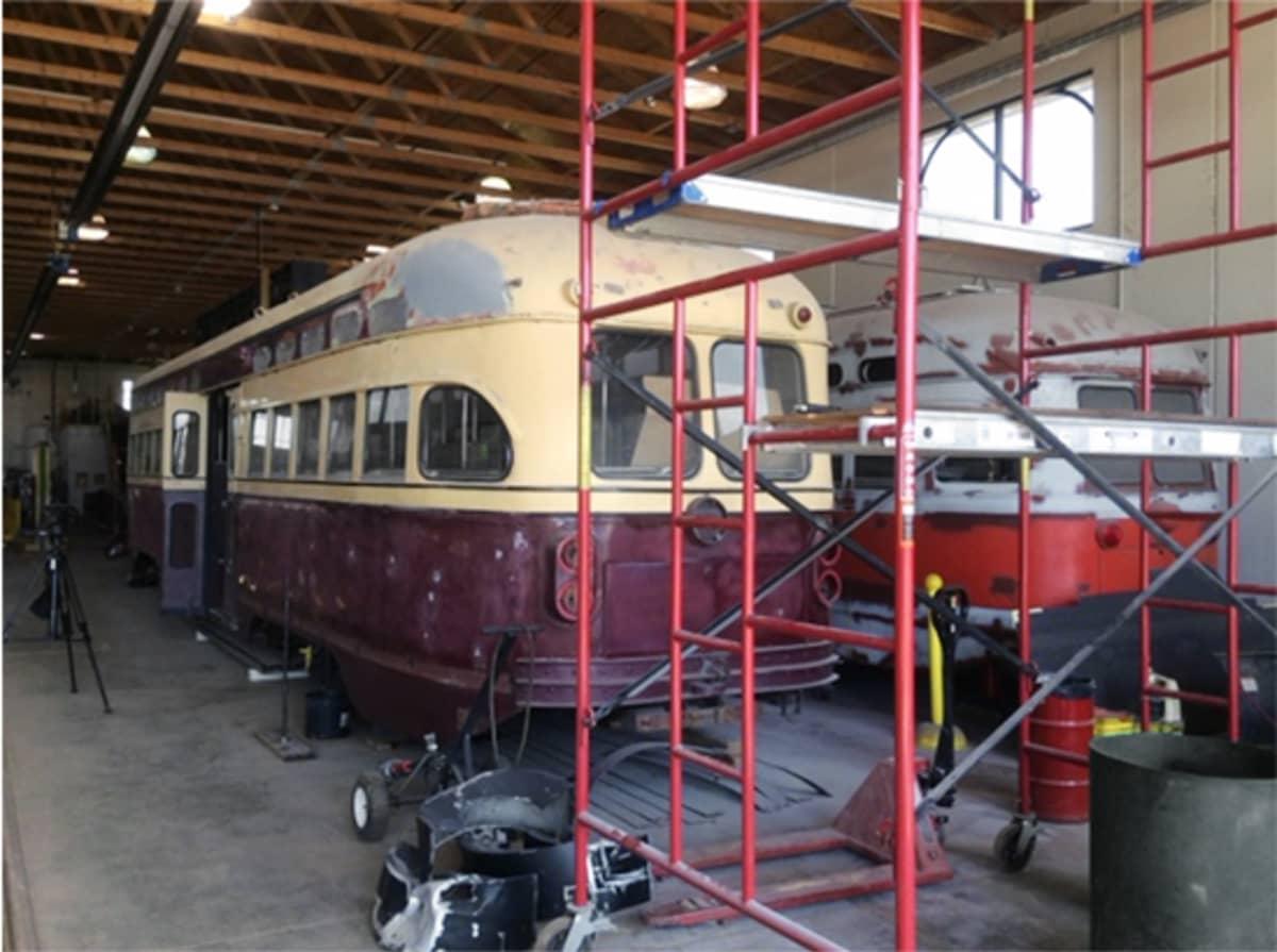 Kaksi vanhaa raitiovaunua odottaa entisöintiä Kenoshan raitiovaunuvarikolla.