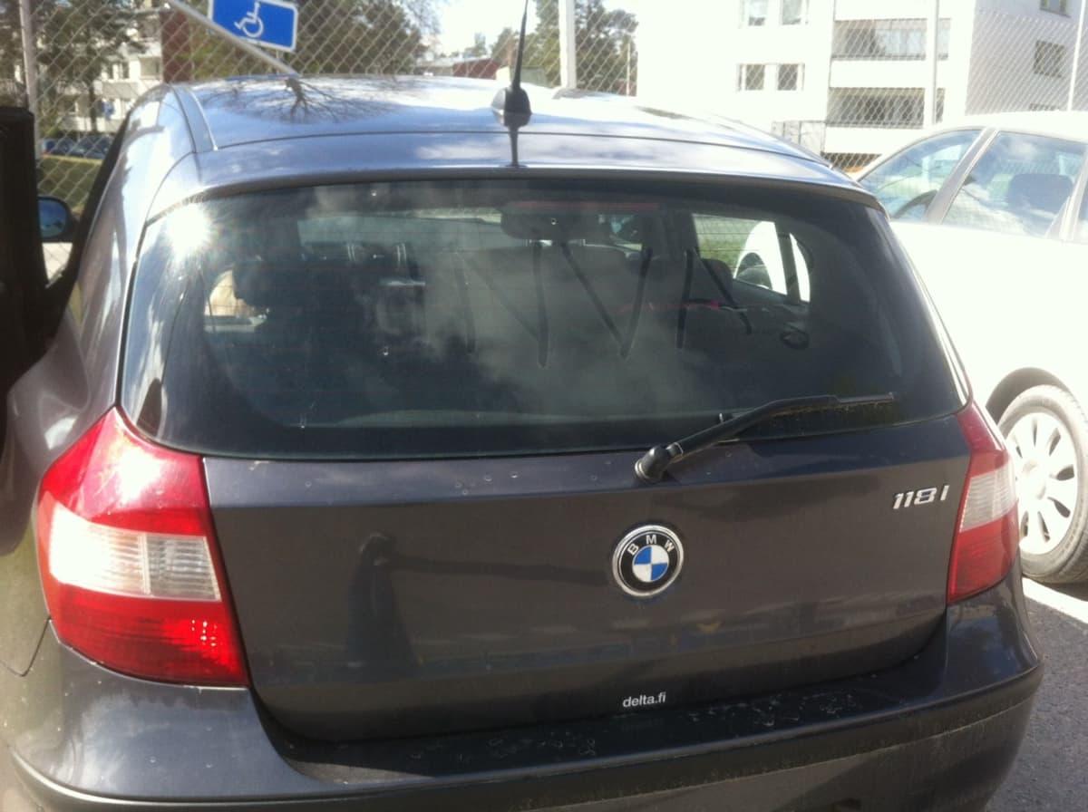 Joku kirjoitti hollolalaisnaisen auton takalasiin tekstin INVA?