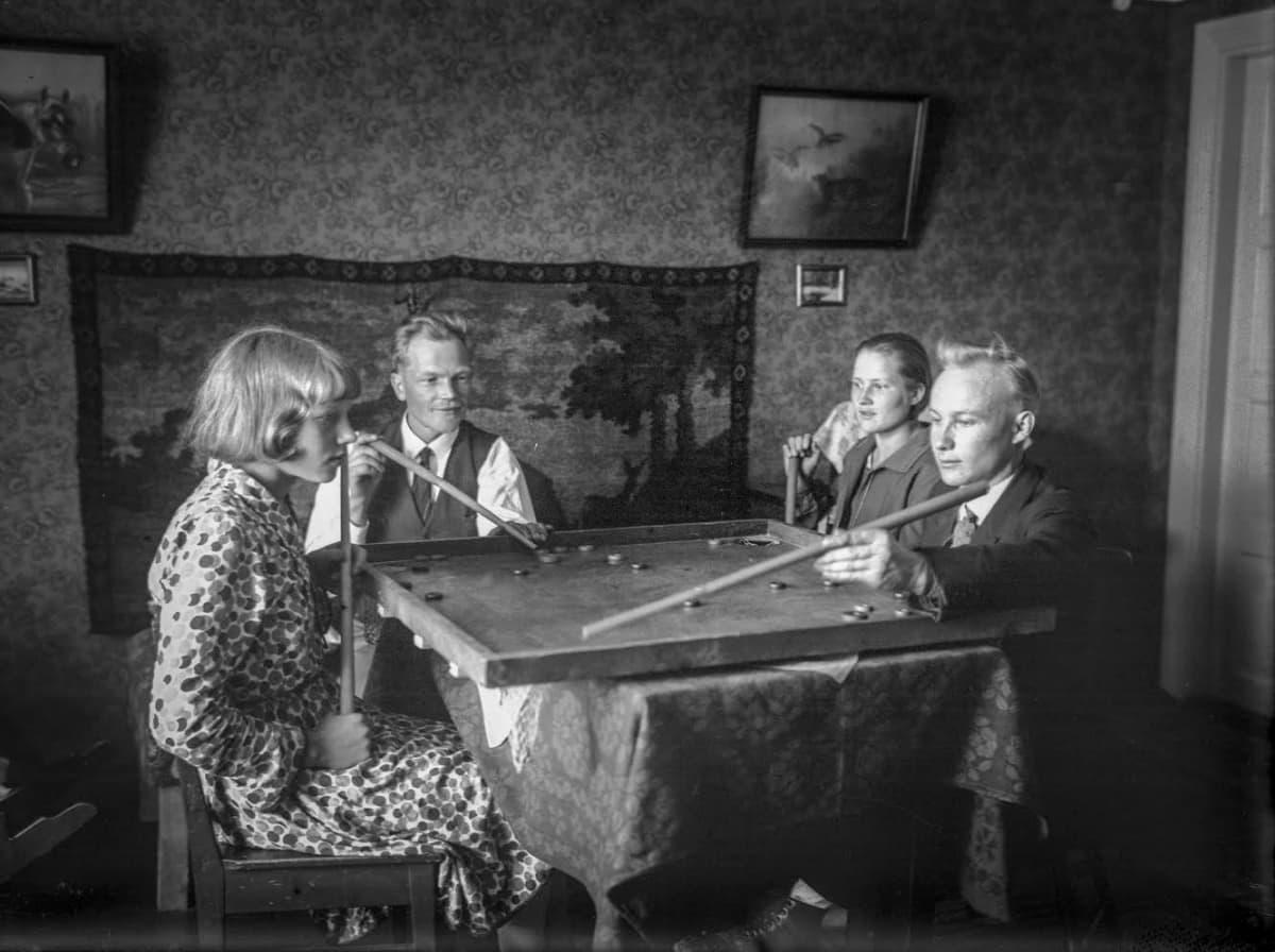 Koronan pelaajia pelipöydän ääressä.