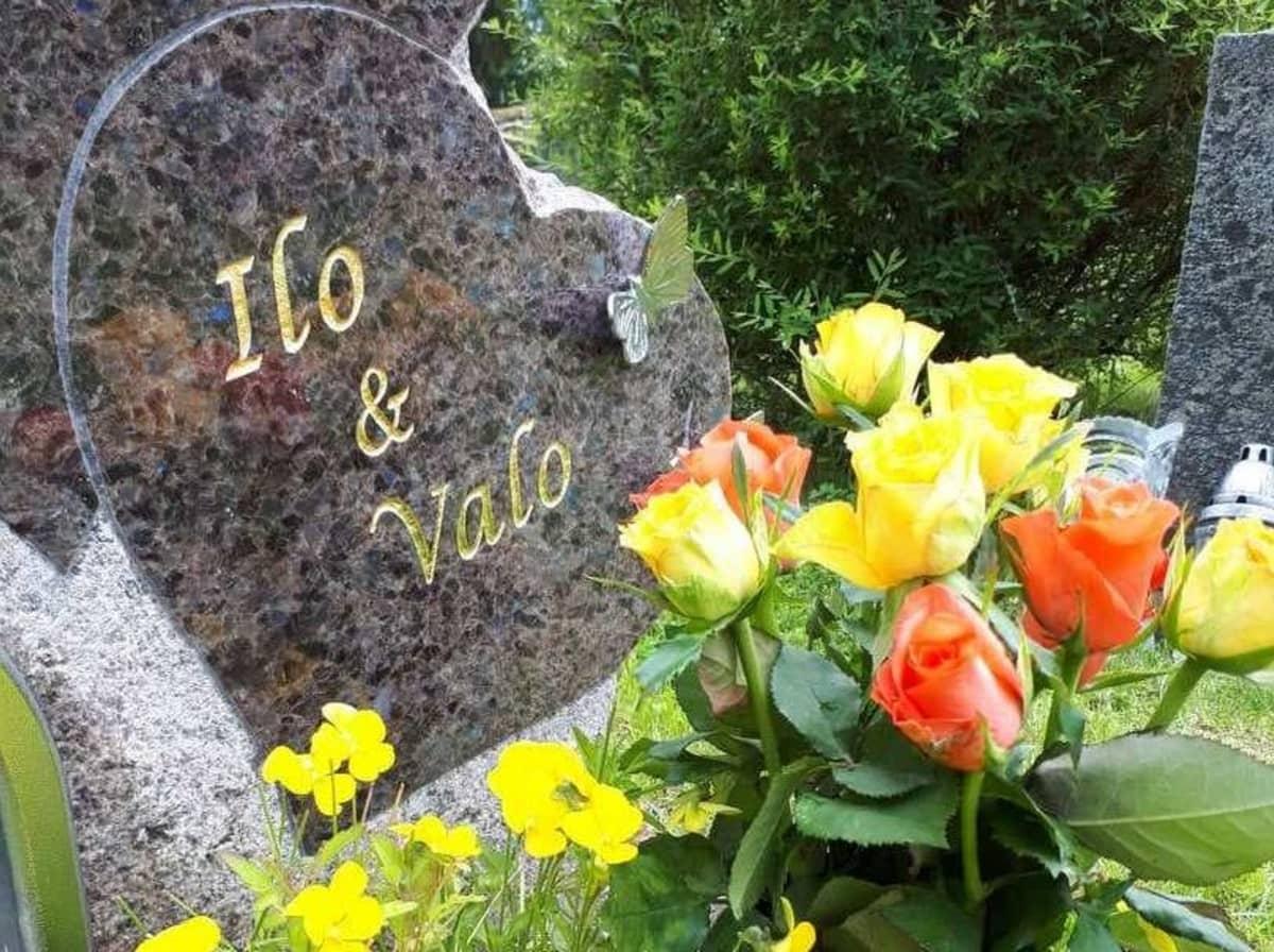 muistolaatta ja kukkasia