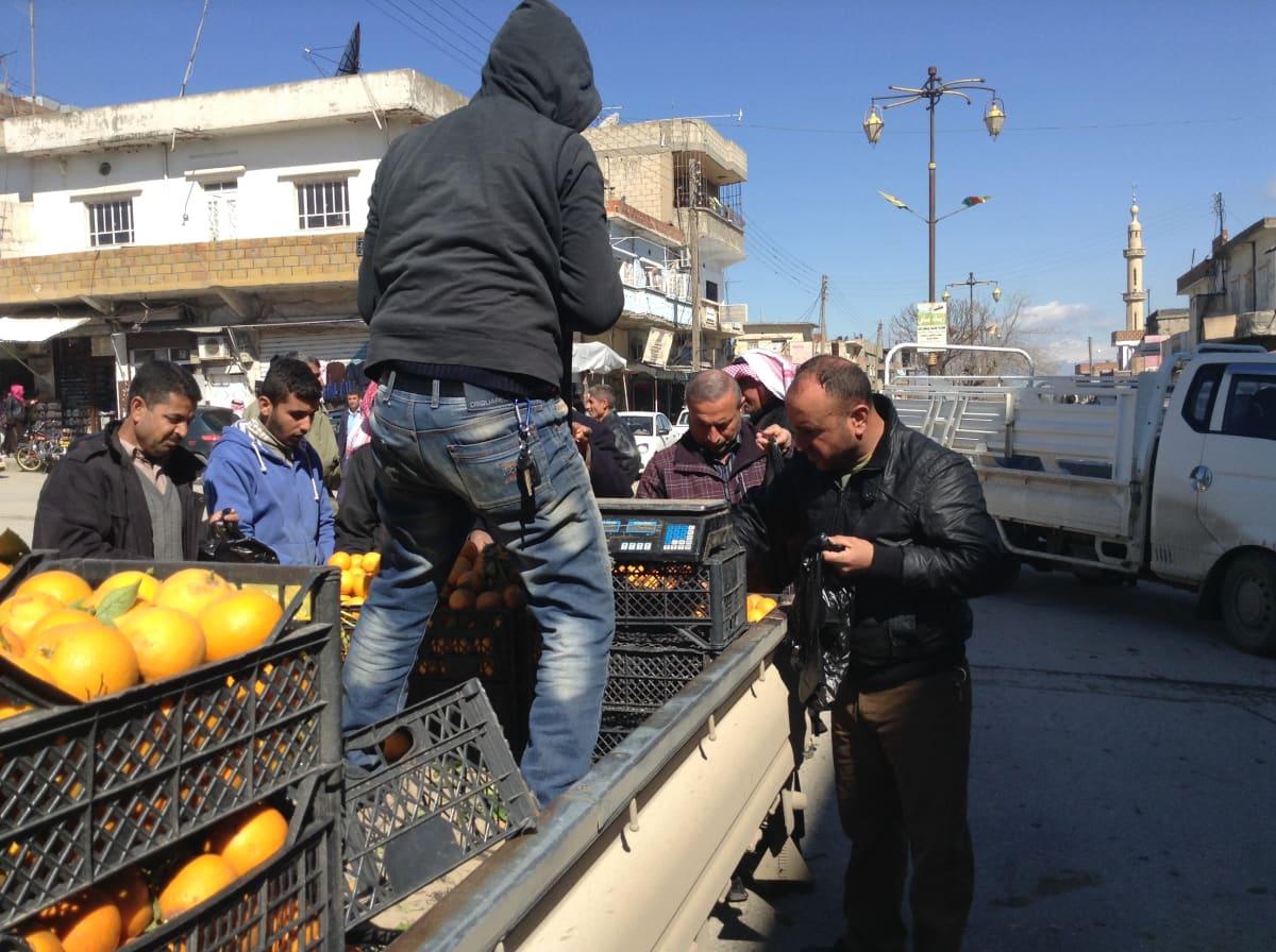 Syyrian kurdit ovat onnistuneet pitämään ison osan kurdialueesta rauhallisena. Arjessa kärsitään talousongelmista, mutta monin paikoin on vältytty sodan tuhoilta.