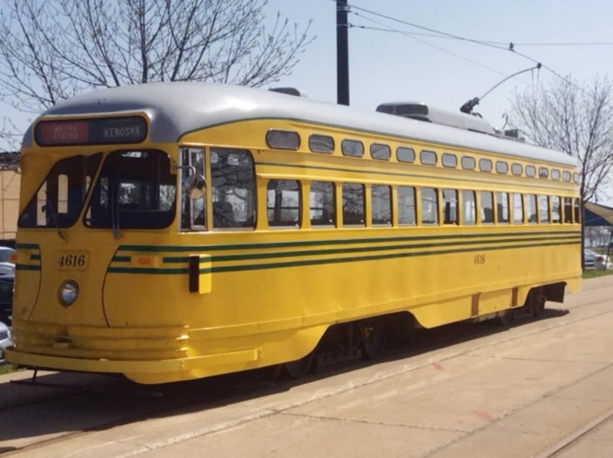 Kelstainen raitiovaunu Kenoshassa.