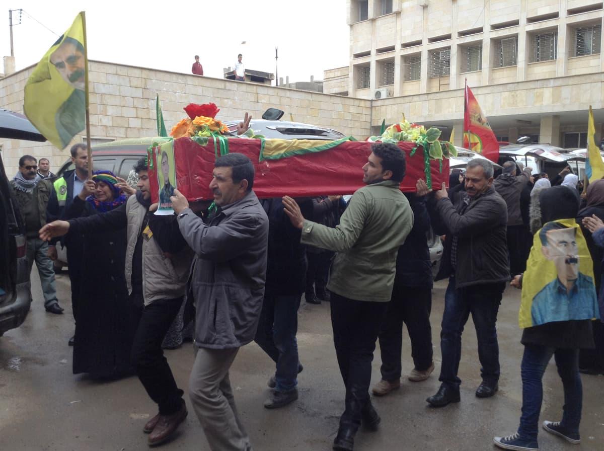 Kaatuneiden kuljetus lähdössä Derikin sairaalasta. Osa Pohjois-Syyriassa kaatuneista kurdeista on kotoisin Turkista. He ovat useimmiten taistelleet Kurdistanin työväenpuolueen PKK:n riveissä.