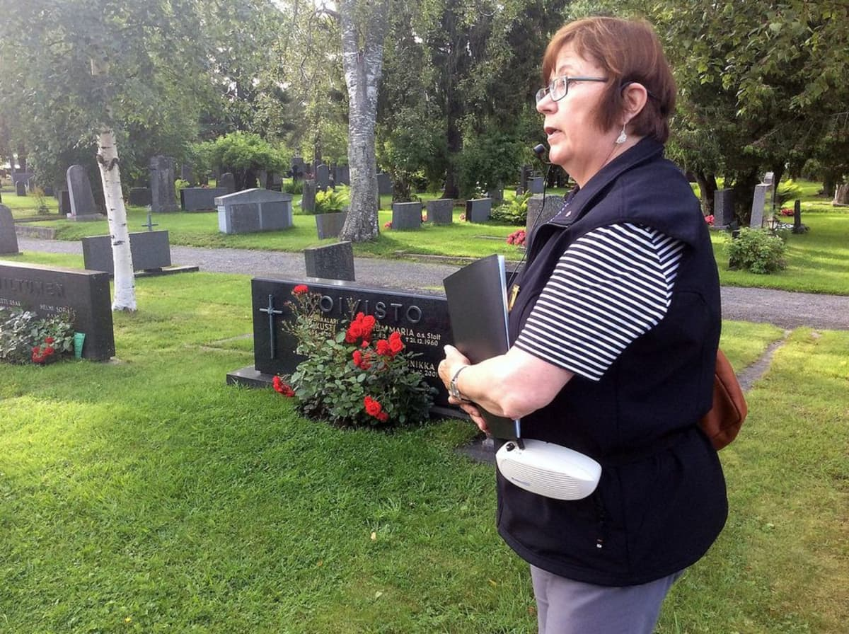 Oulun hautausmaakierrosten opas Leena Kontiokari.