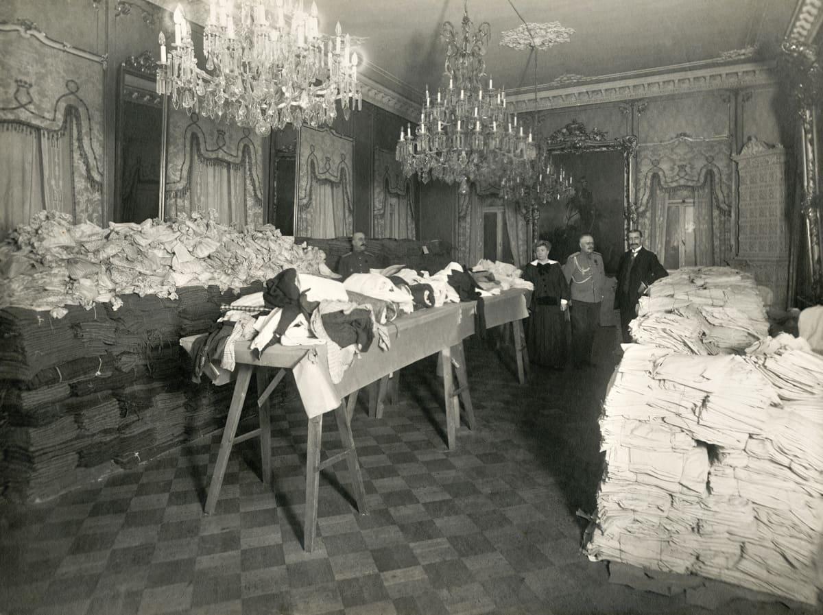 Punaisen ristin varasto ensimmäisen maailmansodan aikana kenraalikuvernöörin talossa (Smolna).