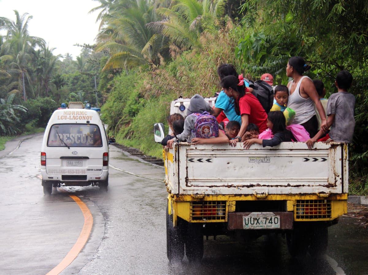 Kyläläisiä evakuoidaan Filippiinien Lagonoyssa.