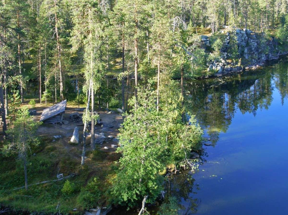 Koronlatvajärven laavu Korouomassa.