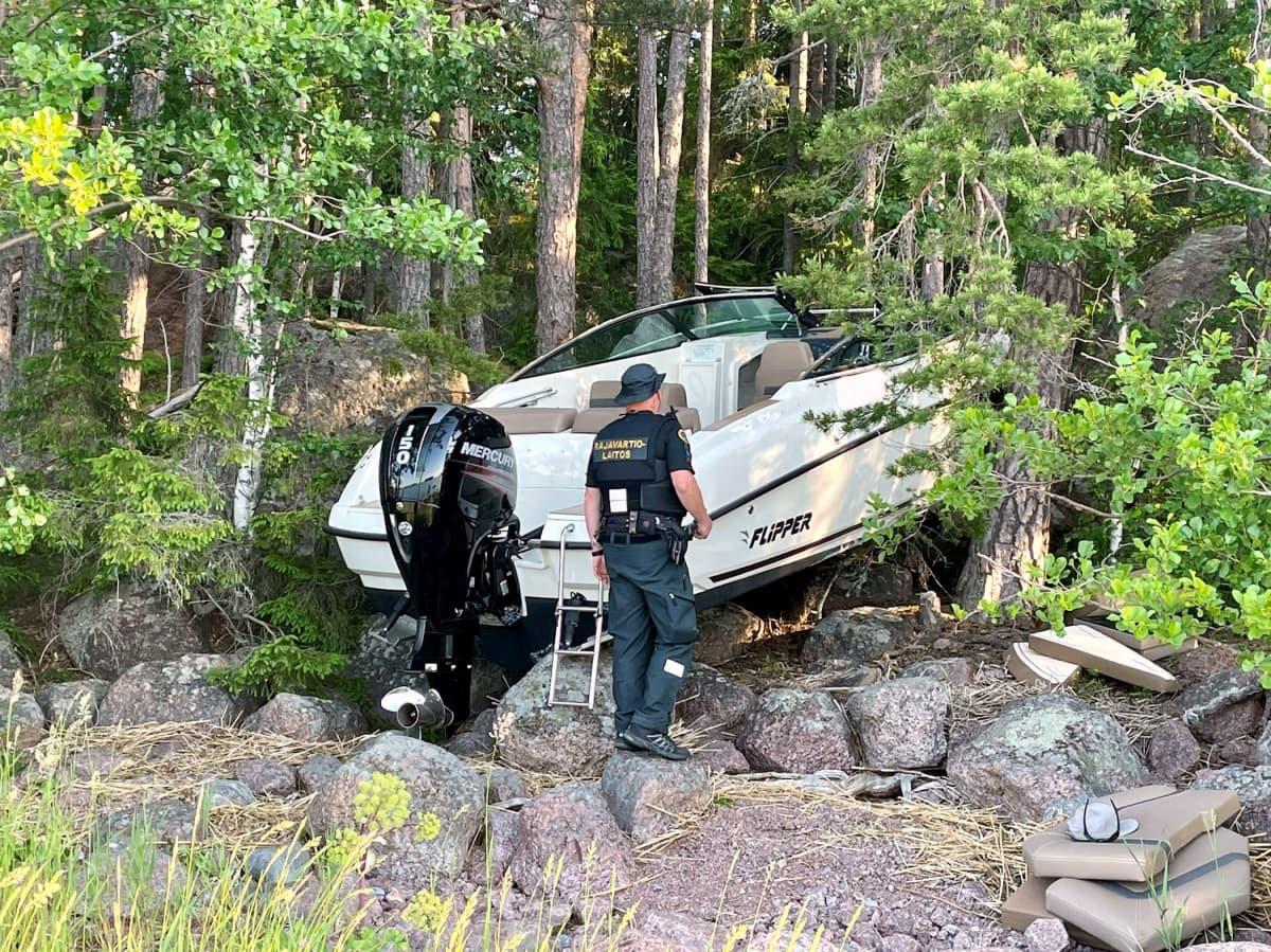 Rantakivikkoon törmännyt moottorivene Porvoon Vessölandetissa.