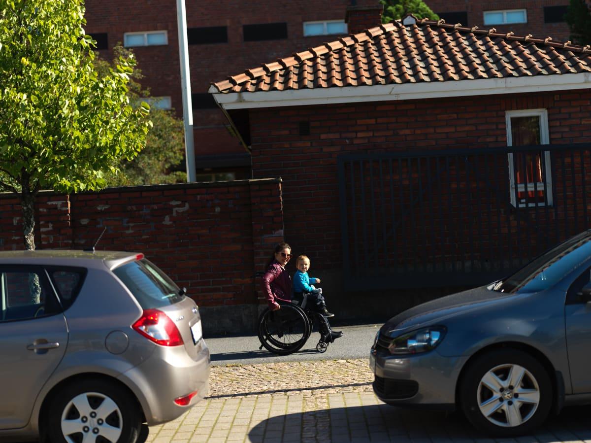 Dalinda Luolamo matkalla kotiin poikansa kanssa