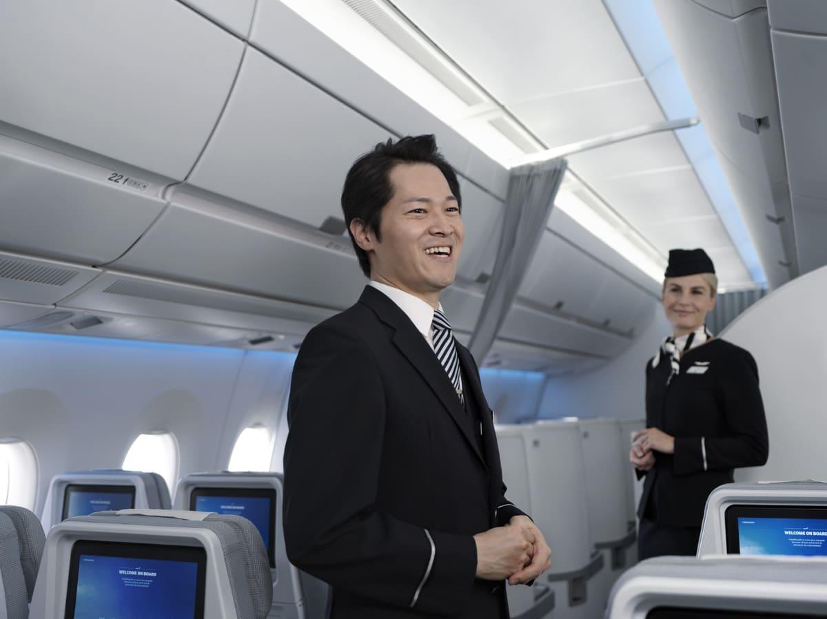 Lentohenkilökuntaa matkustamossa.