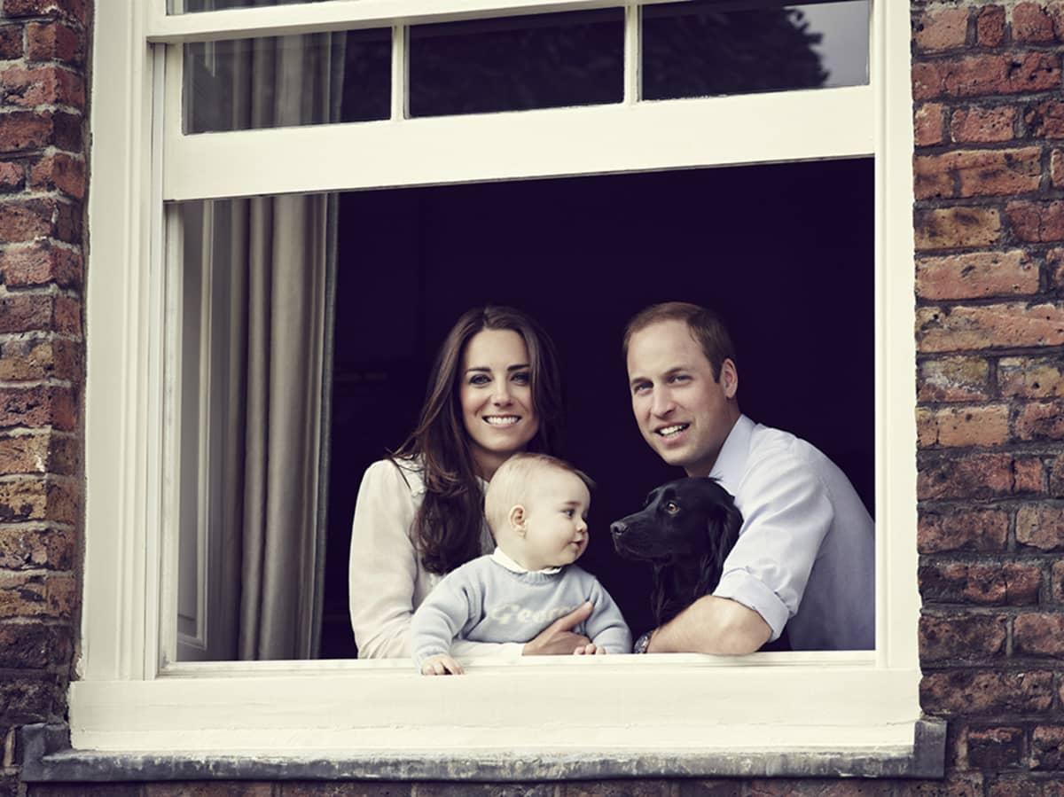 29. maaliskuuta julkaistussa valokuvassa William ja Catherine ovat lapsensa Georgen kanssa Kensingtonin palatsissa Lontoossa.