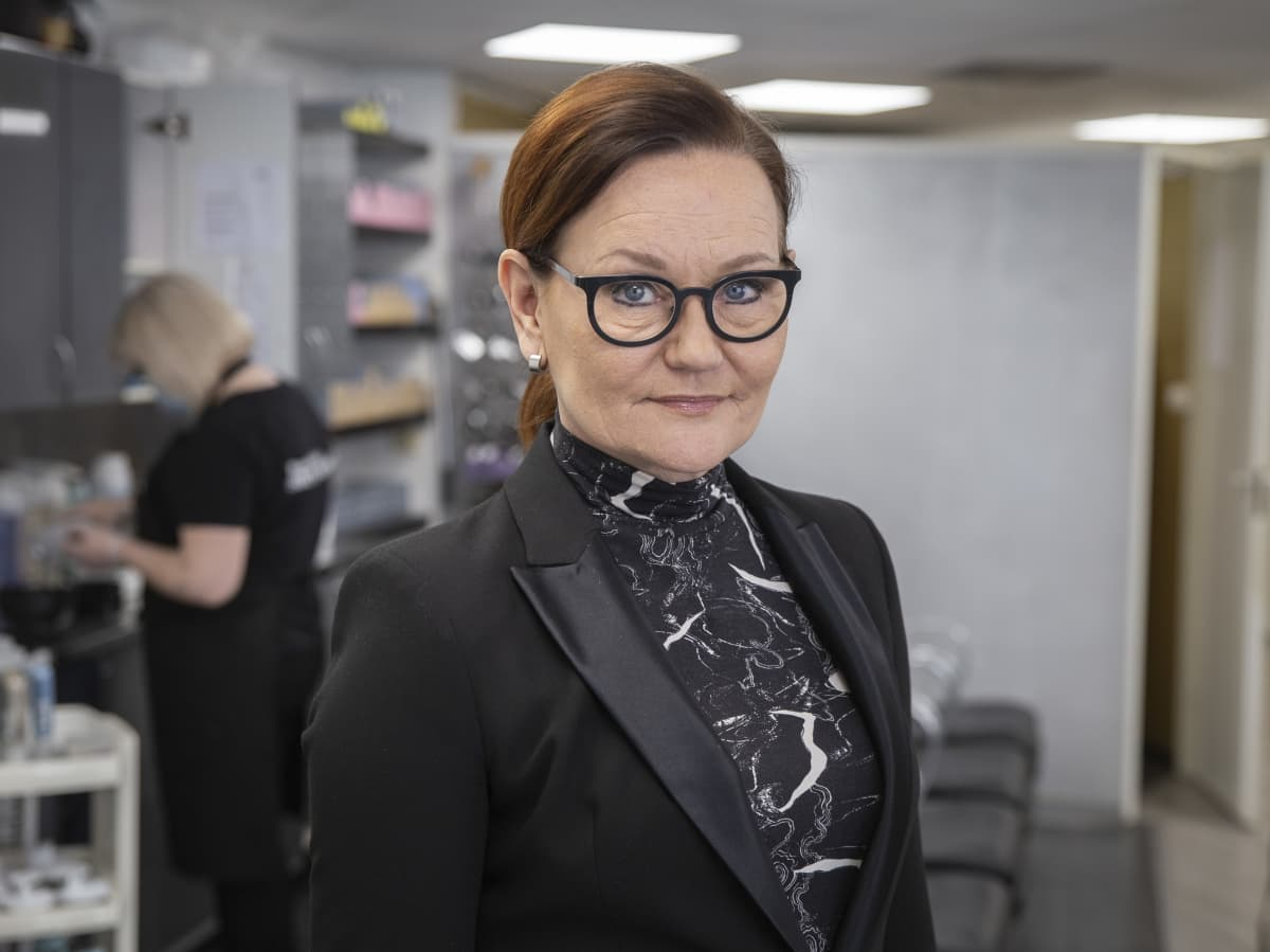 Kampaajamestari Nina Olander-Villegas  Beauty Hair Sirpa Mansner Osakeyhtiöstä Kaisaniemen liikkeessä.