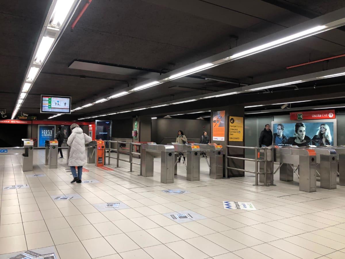 Bisceglien metroasemalla Milanossa oli maanantaina vain hyvin vähän matkustajia.