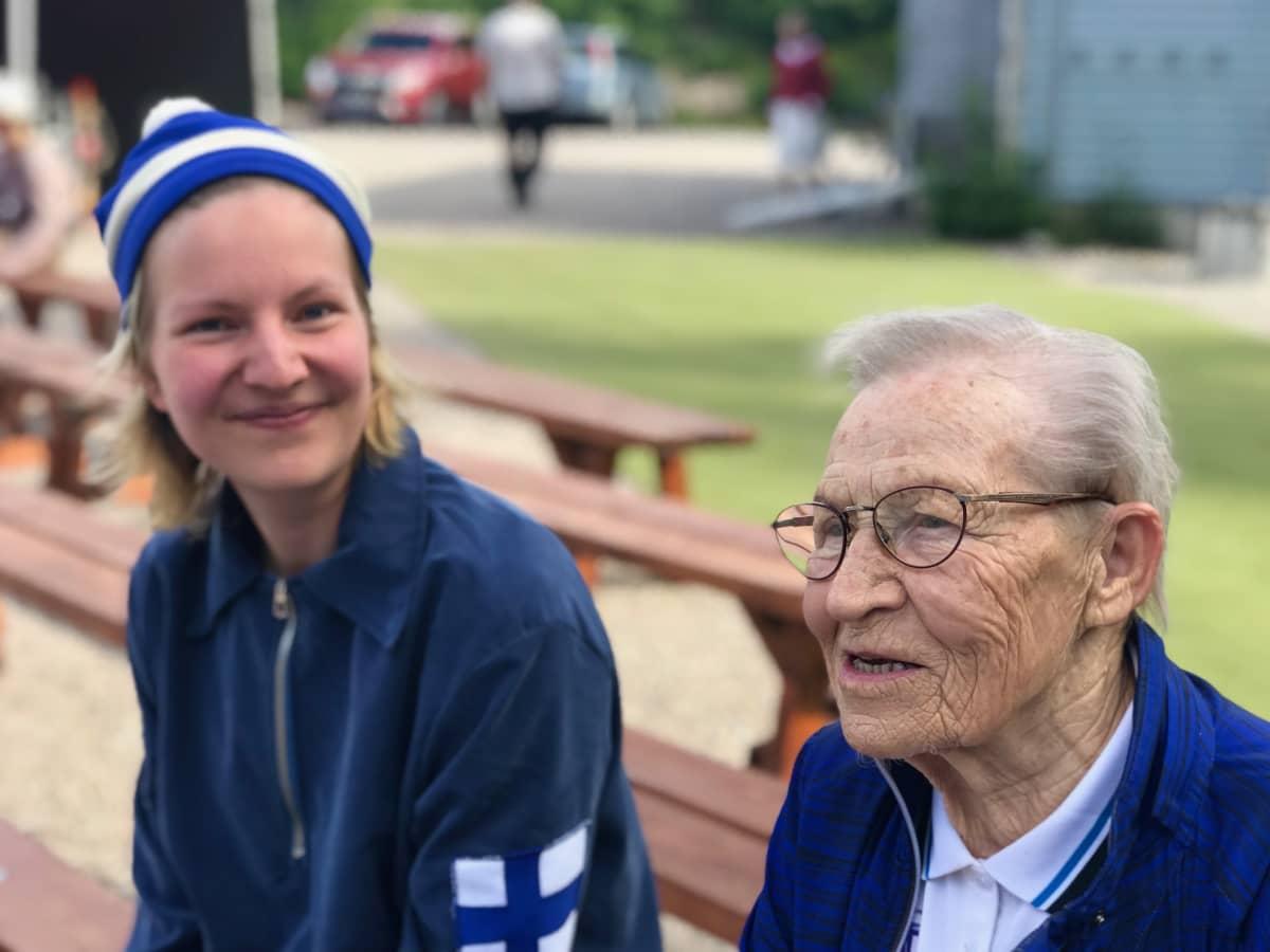 Ida-Maria Lius ja Siiri Äitee Rantanen istuvat rinnakkain kesäteatterin katsomossa harjoitusten aikana.