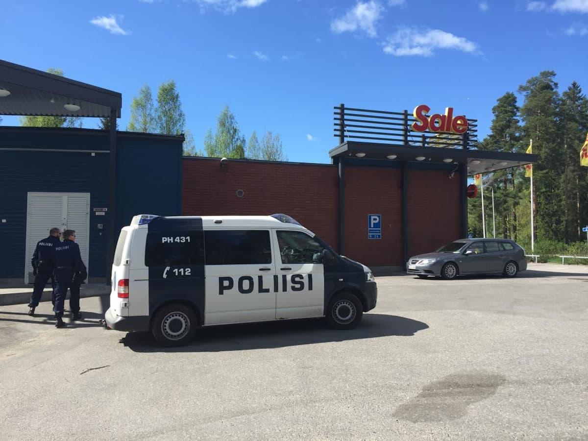 Poliisit menossa Sale-kauppaan.