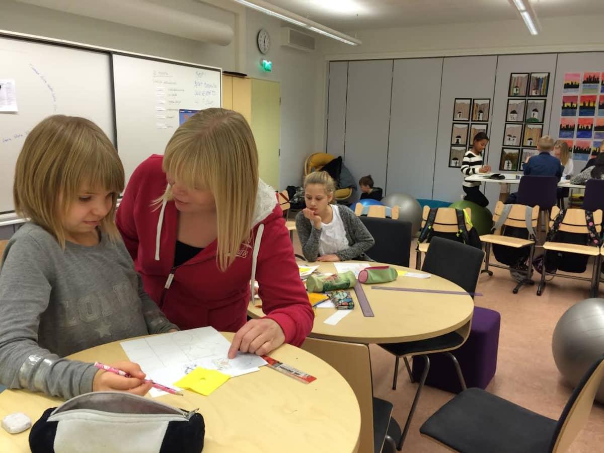 Oppilaat viihtyvät pulpetittomassa luokassa Mikkelin Kalevankankaan koululla.