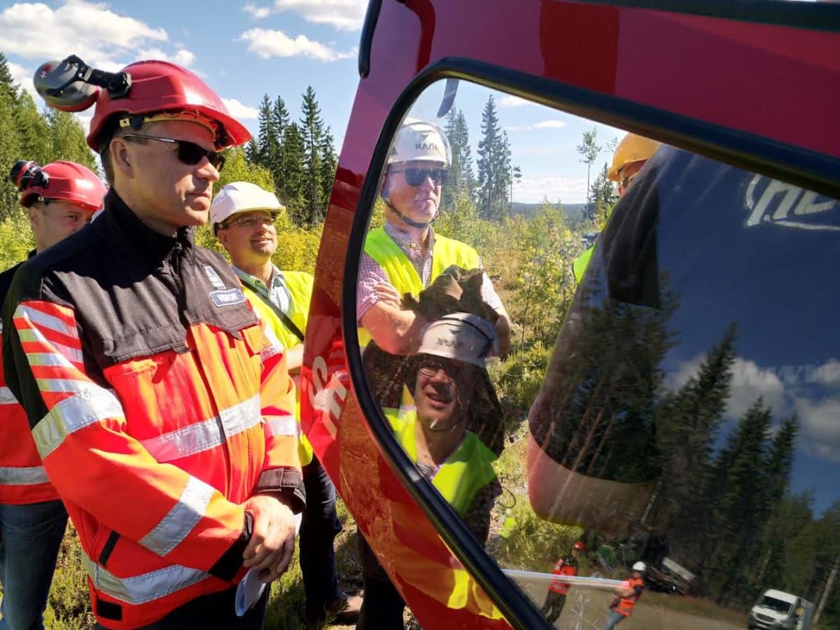 Yaran kaupallinen johtaja Timo Räsänen (vas.) sekä metsäyhtiö Tornatorin resurssipäällikkö Kauko Kärkkäinen ja toimitusjohtaja Sixten Sunabacka lannoitukseen käytettävän helikopterin ovella Liperin Vaiviossa elokuussa 2018.