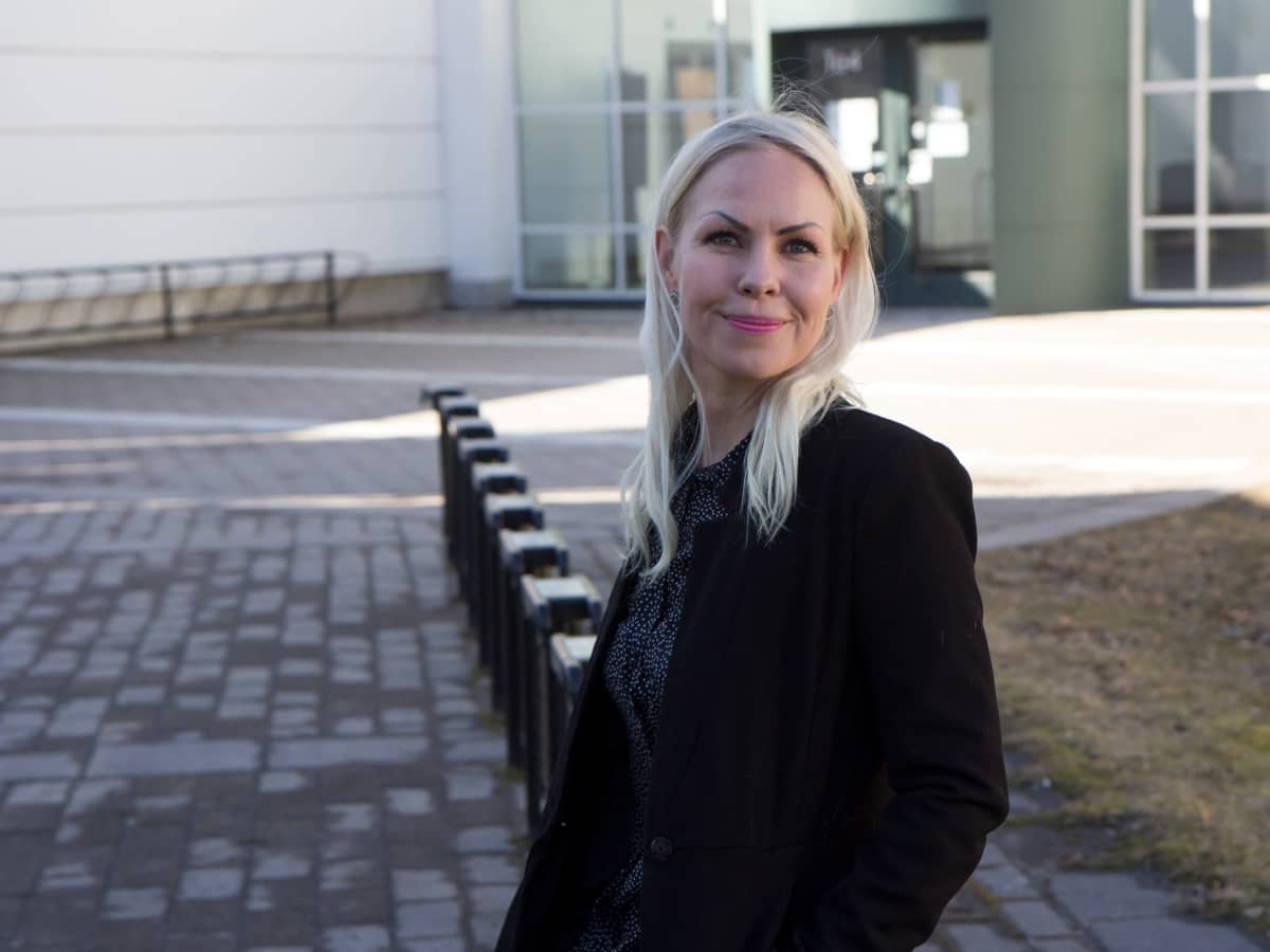 Vaasan yliopiston julkisoikeuden apulaisprofessori Niina Mäntylä hymyilee yliopiston pihalla