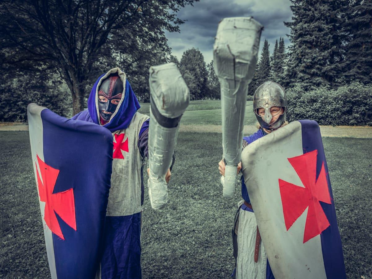 Kaksi boffaajaa miekkojen ja kilpien kanssa