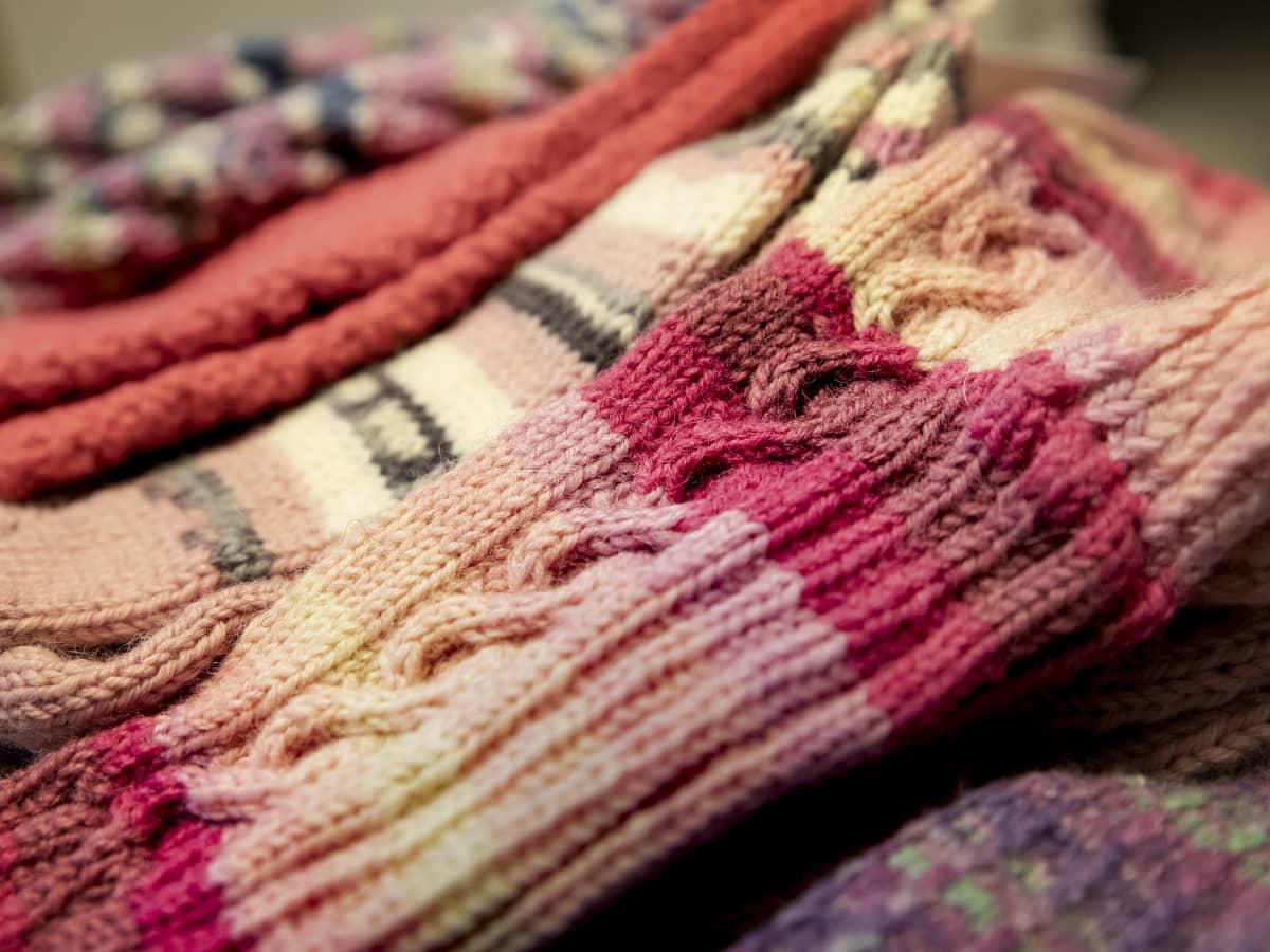 Kasa, jossa värikkäitä villasukanvarsia.