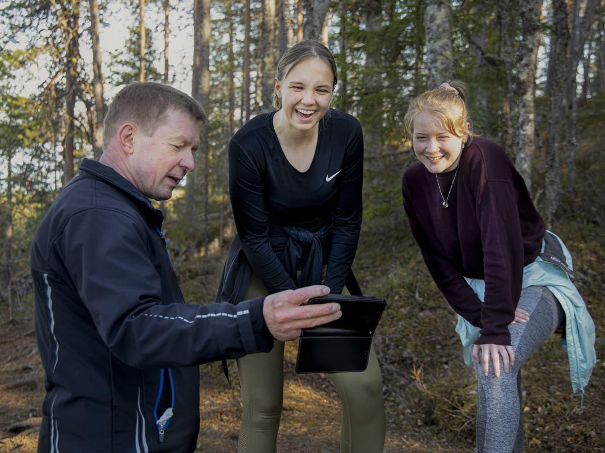 Pekka Väisänen näyttää Veera Auviselle ja Veera Tapanaiselle kuvaa kännykältään.