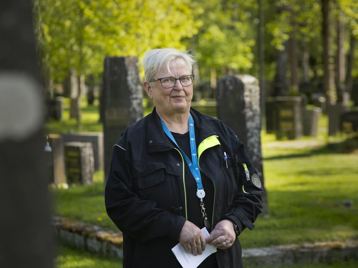 Liisa Kontunen Jyväskylän vanhalla hautausmaalla.