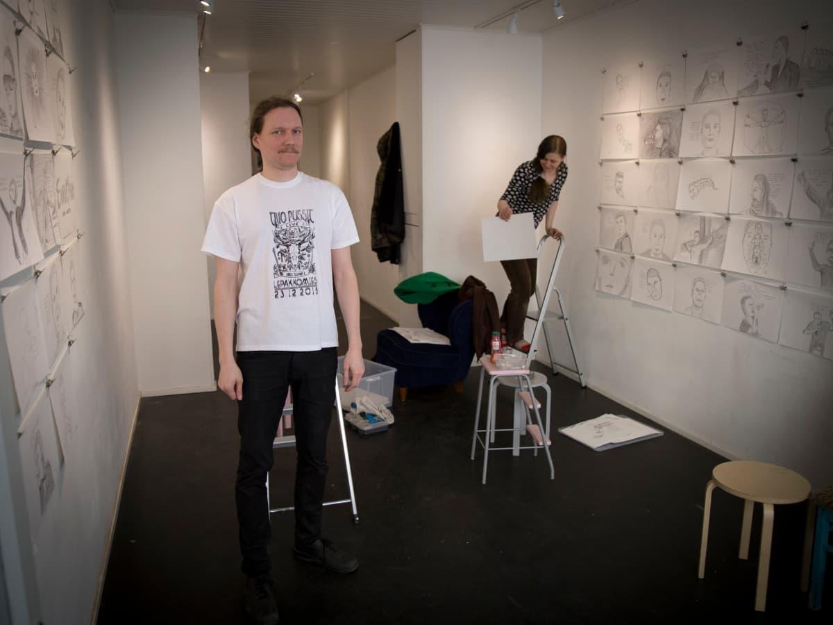 Närekangas ripustaa näyttelyään galleriassa