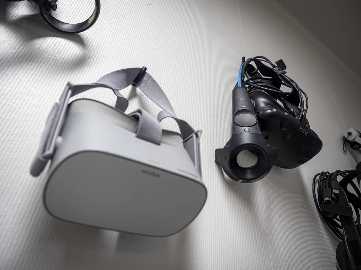 Virtuaalitodellisuuslasit roikkuvat seinällä