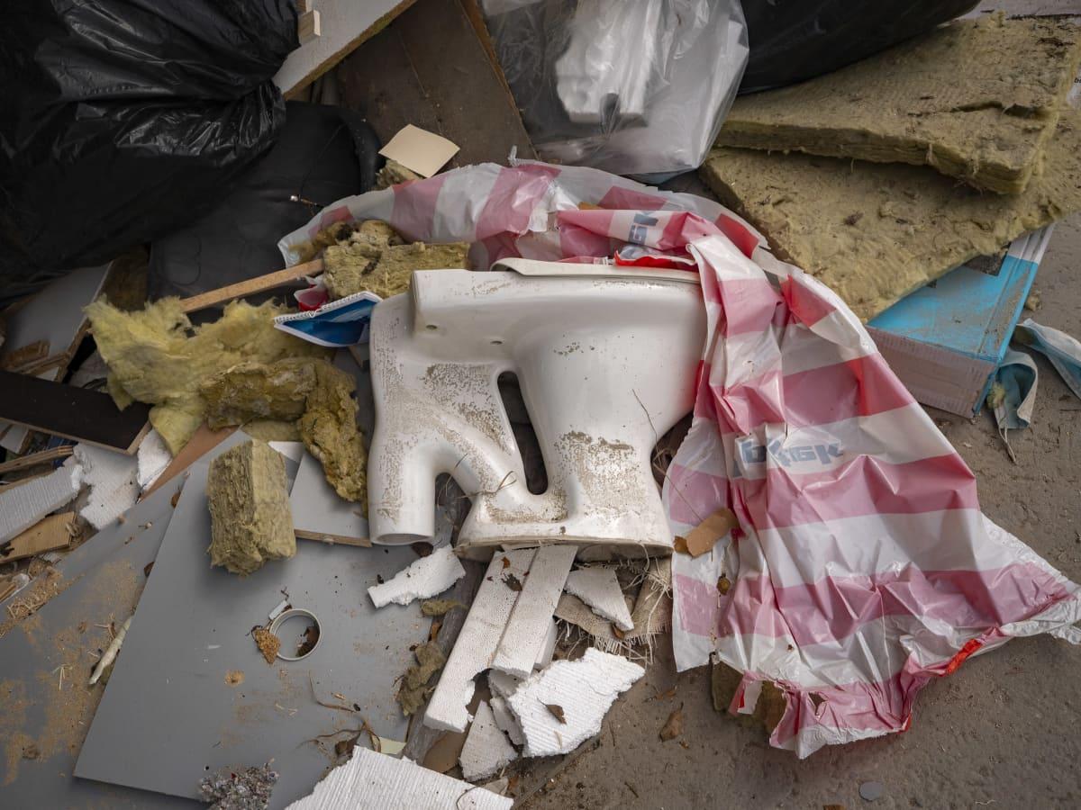 Jätteissä rikkinäinen vessanpönttö