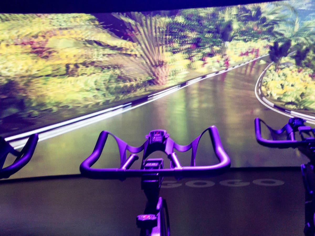 Valkokangas kuntopyörän edessä