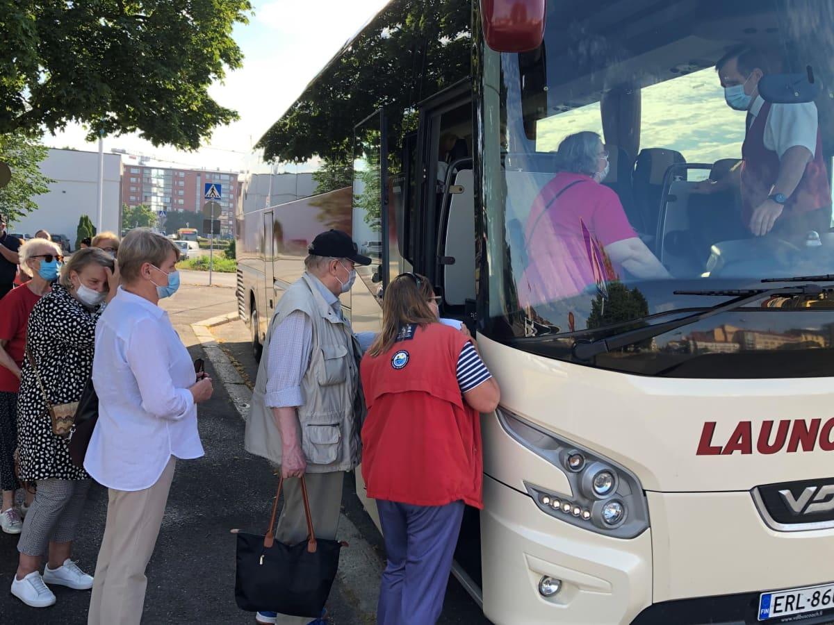 Matkailijoita menossa Launokorven bussiin Turun linja-autoasemalla.