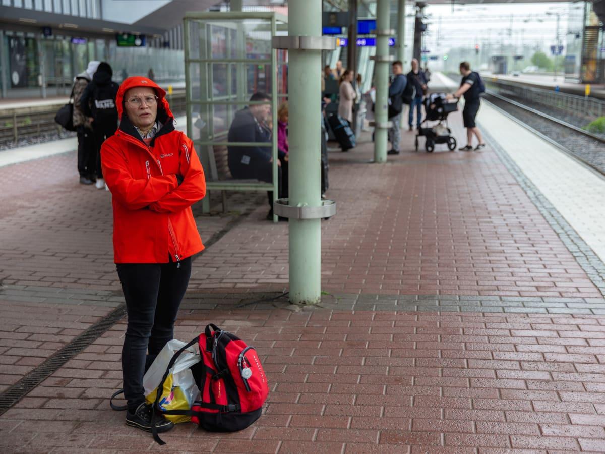 Piia Mikkonen odottaa junaa.