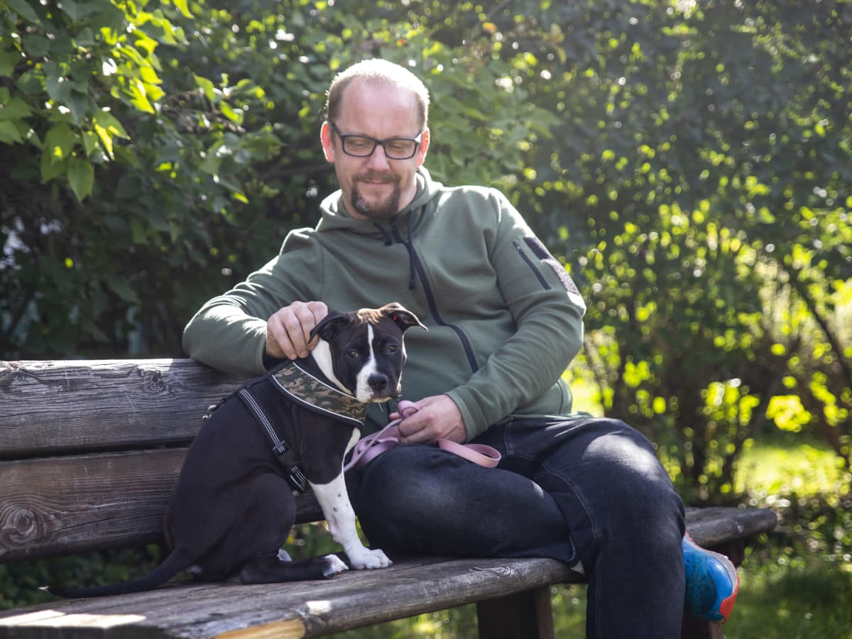 Janne Keinänen, koiransa Pipsan kanssa.