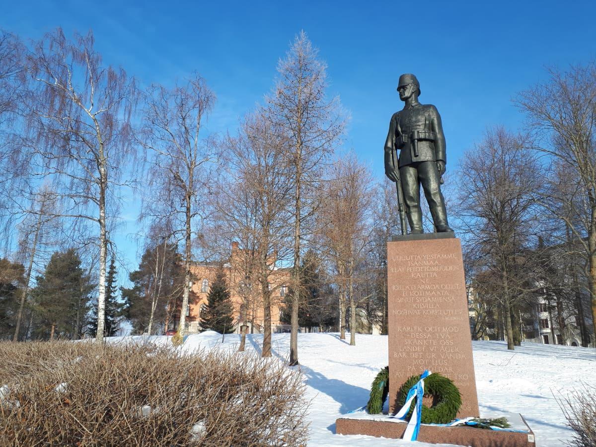 Jääkäripatsas Vaasan hovioikeudenpuistossa.