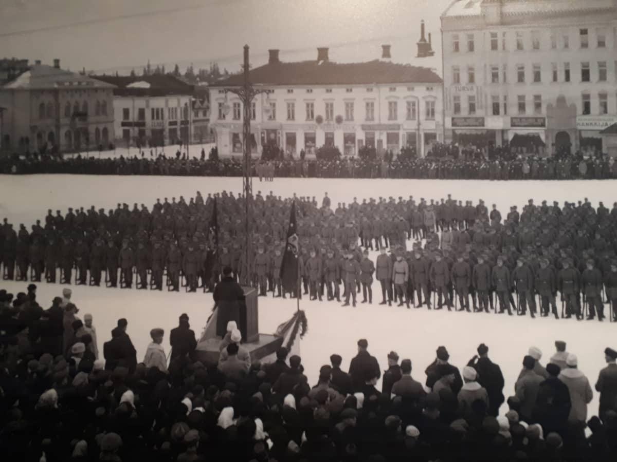 Jääkärit Vaasan torilla helmikuun 26. päivä 1918.