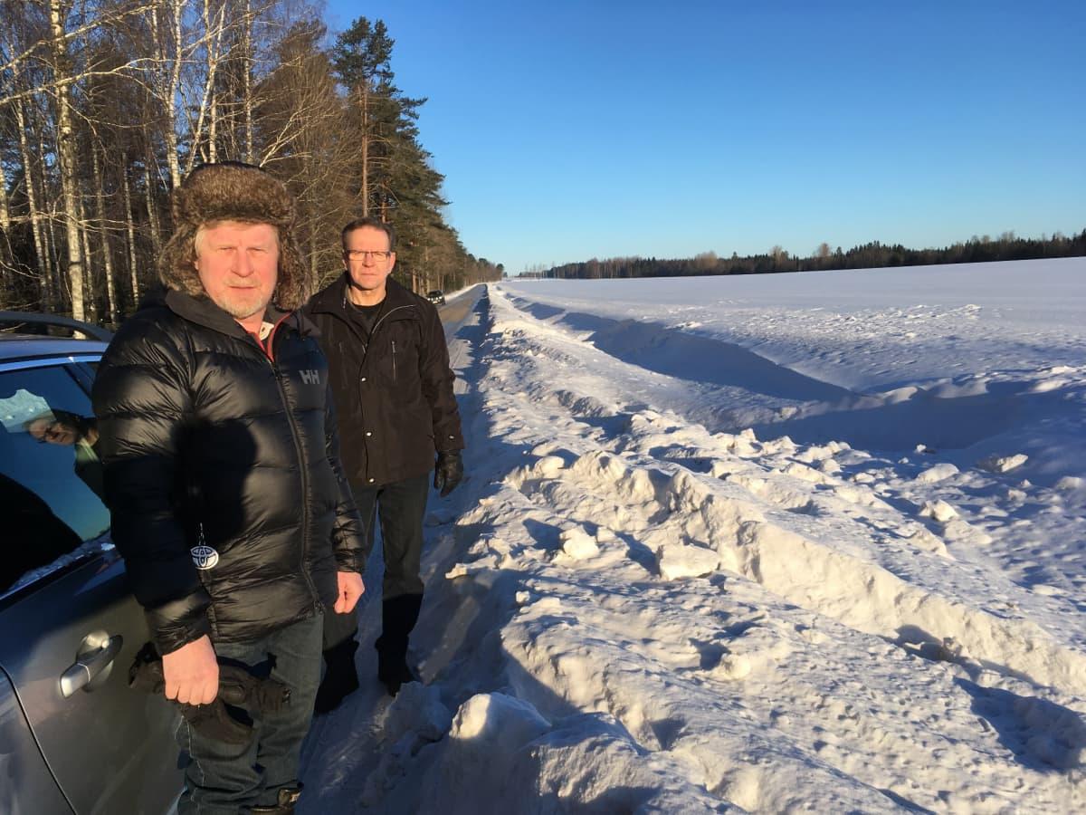 Hannu Kähärä ja Tapio Piispa ihmettelevät suoralla tieosuudella olevia useita suistumisjälkiä.