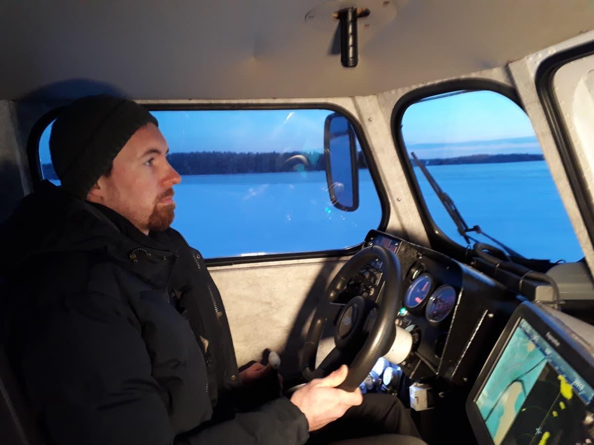 Yrittäjä Niklas Löfberg kuljettaa ilmatyynyalusta.