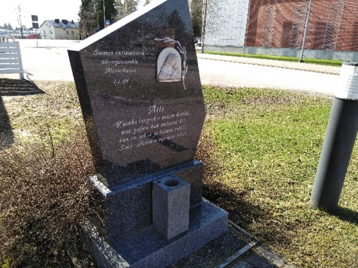 Alavieskassa paljastettiin Äiti-patsas vuonna 2002.