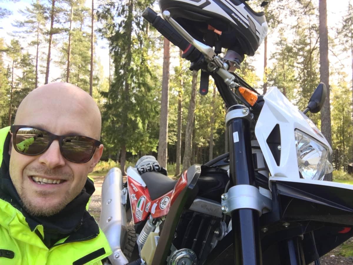 Janne Saarikoski on moottoripyöräilyn tulevaisuudesta kiinnostunut liikennekouluttaja, joka tutkii nykyisin meriliikenteen digitalisaatiota.