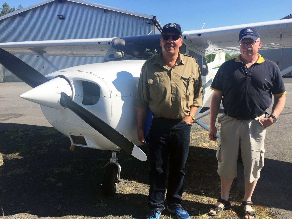 Jaakko Männistö ja Jari Sivula lentokoneen edessä