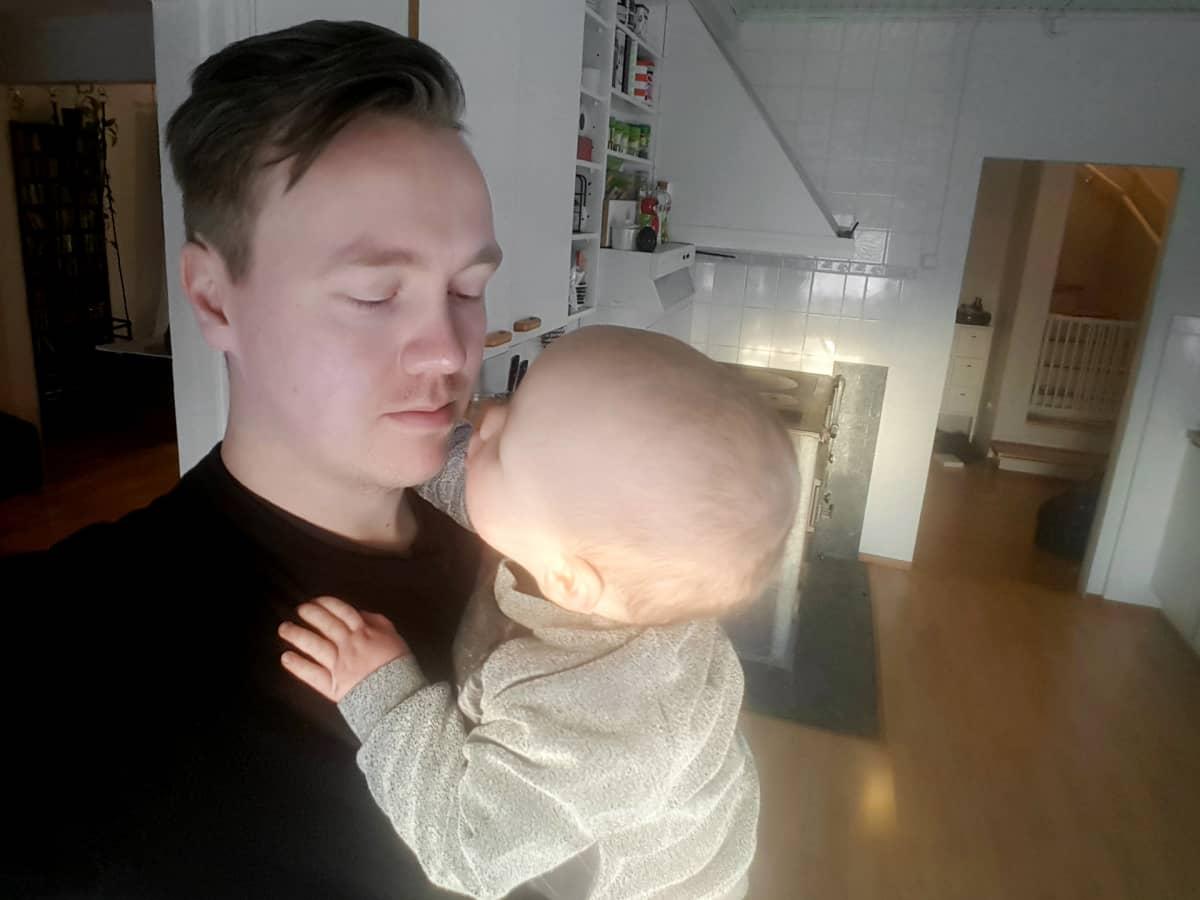 Ville Viholainen lapsensa kanssa.