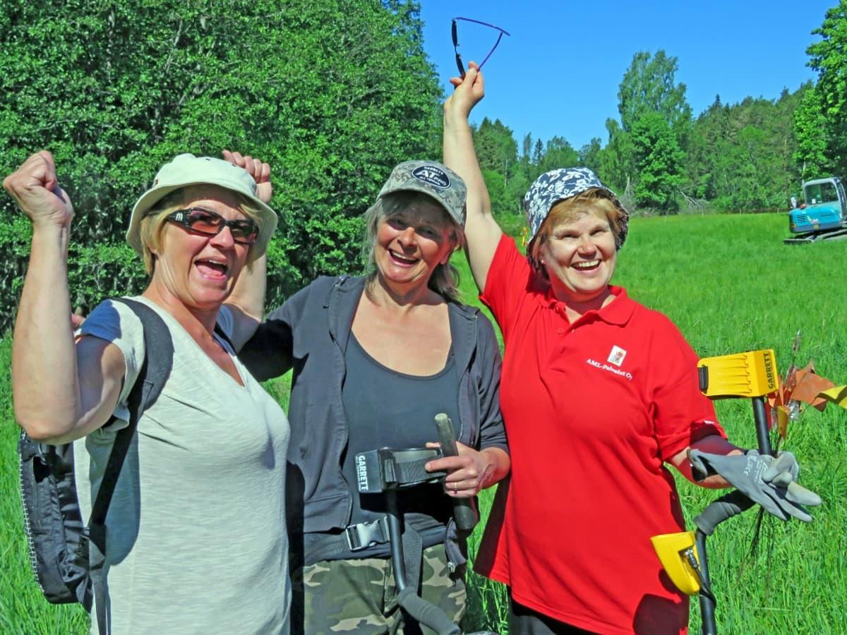 Eivor Hafström, Riitta Laivola ja Anna Laakso kädet koholla.