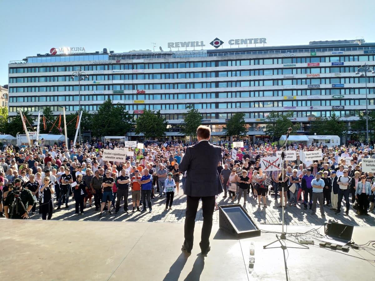 Mielenosoitus Vaasan torilla 11. kesäkuuta 2018